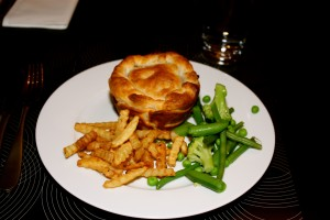 Meat pie with chips and veggies
